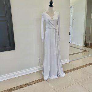 Long sleeves white dress.